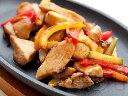 Пържени пилешки хапки от гърди със зеленчуци (тиквички, моркови, червени чушки и гъби) в соев сос на тиган - снимка на рецептата